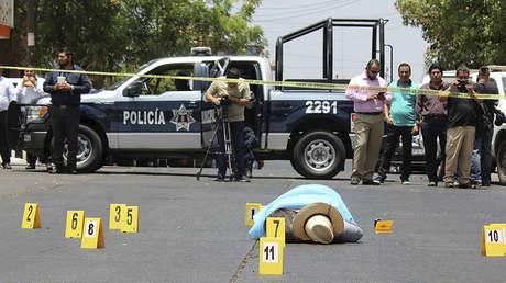 Policías mexicanos arriban a la escena del crimen donde fue asesinado el periodista Javier Valdez Cárdenas, 15 de mayo de 2017.