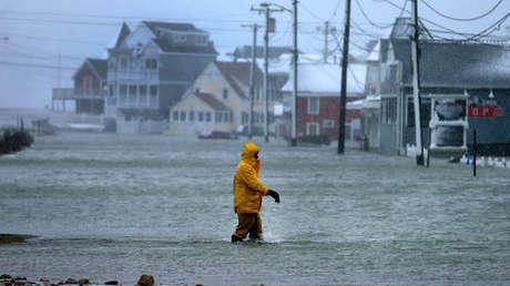 Un hombre camina por una calle inundada en Marshfield, Massachusetts, el 4 de enero de 2018.