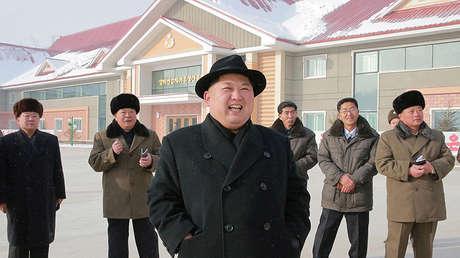 El líder de Corea del Norte, Kim Jong-un, durante la inspección de una fábrica de harina de papa en una foto difundida por la agencia KCNA el 6 de diciembre de 2017.