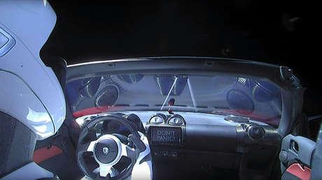 El automóvil eléctrico Tesla Roadster rojo con un maniquí a bordo, fotografiado desde el espacio, el 6 de febrero de 2018.