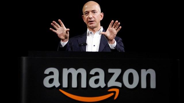 FOTO: El fundador de Amazon pasea con un perro (que no es de carne y hueso)