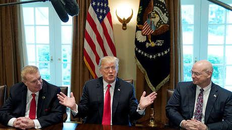 El presidente Donald Trump acompañado por John Ferriola, director de Nucor, y Dave Burritt, de U.S. Steel. 1 de marzo de 2018.