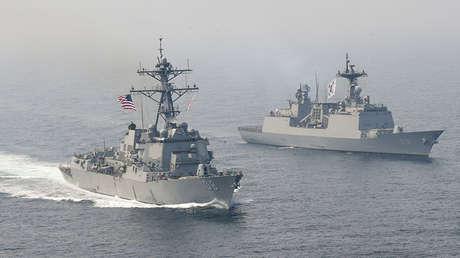El destructor USS Wayne E. Meyer de Estados Unidos junto con el destructor surcoreano Wang Geon durante unos simulacros en el Pacífico Occidental, el 25 de abril de 2017.