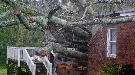 La casa donde, según los reportes, una mujer y su hijo murieron tras la caída de un árbol cuando el huracán Florence tocó tierra en Wilmington, Carolina del Norte, 14 de septiembre de 2018.