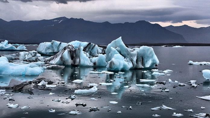 VIDEO: Los turistas huyen despavoridos de una ola masiva causada por el derrumbe de un glaciar