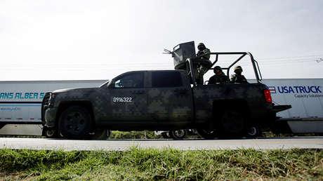 Un vehículo militar patrulla una carretera cerca de la frontera con EE.UU. en Nuevo Laredo (México), el 2 de abril de 2019.