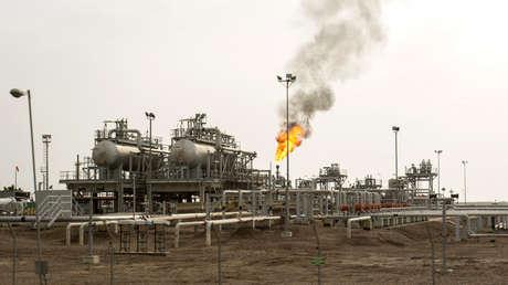 Extracción de petróleo cerca de la ciudad de Basora, Irán, 25 de marzo de 2019