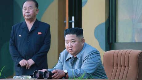 El líder norcoreano Kim Jong-un observa el lanzamiento de dos misiles balísticos de corto alcance. Imagen difundida el 26 de julio de 2019.