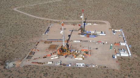 Vista aérea de una plataforma de perforación de esquisto bituminoso en la provincia patagónica de Neuquén, Argentina. 11 de julio de 2013.