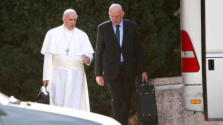 El papa Francisco y el comandante del Cuerpo de Gendarmería del Estado de la Ciudad del Vaticano, Domenico Giani.