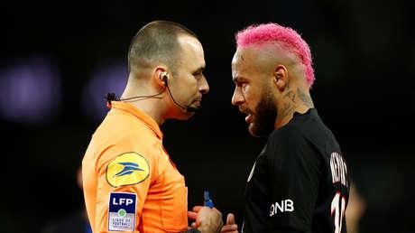 """""""¿Que hable francés? ¡vete al diablo!"""": Neymar se enfrenta a un árbitro tras recibir una amarilla por uno de sus habituales sombreros"""
