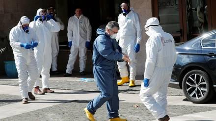 Varios trabajadores se preparan para desinfectar un edificio, Roma, Italia, 8 de marzo de 2020.
