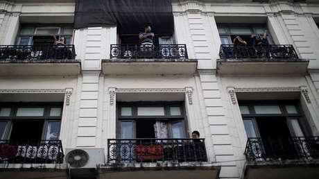 """Los inesperados """"cacerolazos"""" contra el gobierno en Argentina que desatan la """"guerra de balcones"""" en plena cuarentena"""
