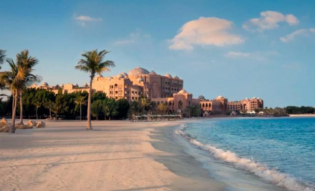 Vista del edificio principal del Emirates Palace desde su playa privadamandarinoriental.com