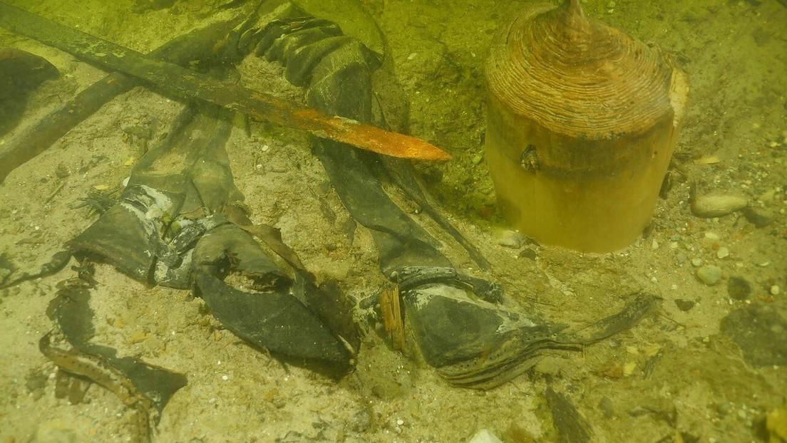 Hallan los restos de un guerrero medieval y sus armas en el fondo de un lago en Lituania