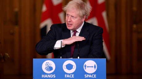 """Johnson afirma que la nueva variante de covid-19 detectada en el Reino Unido puede ser """"hasta un 70 % más transmisible"""" que la original"""
