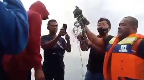 Encuentran escombros del avión de pasajeros indonesio y restos humanos en aguas de Yakarta (VIDEO)