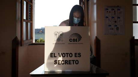 Cierran centros electorales en los comicios presidenciales y legislativos de Ecuador, pese a persistir filas de votantes