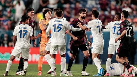 Detenienen el partido de fútbol entre México y Costa Rica ante los gritos discriminatorios de parte de los aficionados