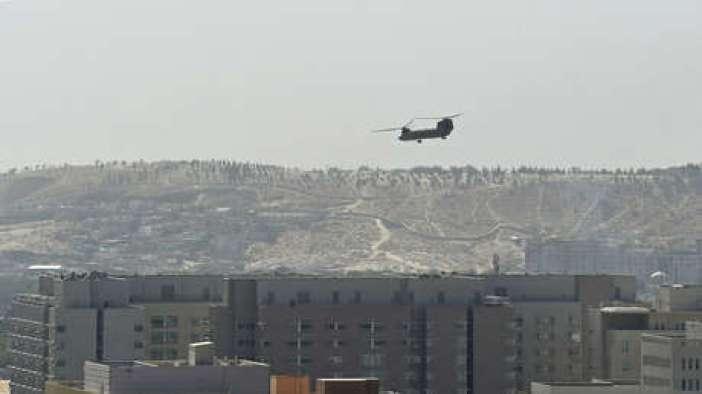 """VIDEO: Evacuan en helicópteros la Embajada de EE.UU. en Kabul un mes después de que Biden dijera que no sucedería bajo """"ninguna circunstancia"""""""