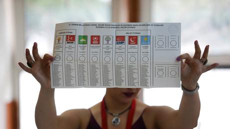 In einem Wahllokal in Istanbul werden die Stimmen der türkischen Präsidentschafts- und Parlamentswahlen gezählt.