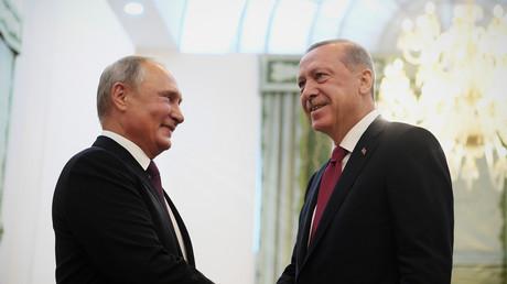 Der russische Präsident Wladimir Putin schüttelt seinem türkischen Amtskollegen Recep Tayyip Erdoğan bei einem Treffen in Teheran, Iran, am 7. September 2018 die Hand.