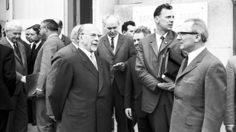Internationale Konferenz der kommunistischen und Arbeiterparteien. Im Vordergrund: Erich Honecker (r.) und Walter Ulbricht (M.)