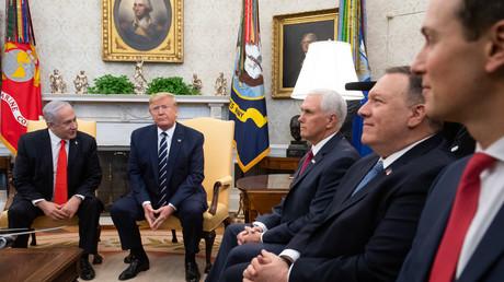 Besprechung am 27. Januar im Oval Office des Weißen Hauses in Washington D.C.: Israels Ministerpräsident Benjamin Netanjahu, US-Präsident Donald Trump, Vizepräsident Mike Pence, Außenminister Mike Pompeo und Jared Kushner.