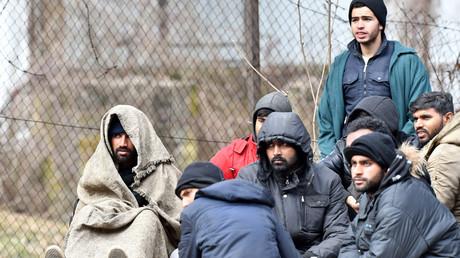 Auf dem Foto sind illegale Migranten zu sehen, die Anfang März aus der nordöstlichen Stadt Tuzla zum Migrantencamp Blažuj bei Sarajevo gebracht wurden. Die Hilfsorganisationen in Tuzla waren durch den anhaltenden Zustrom an ihre Grenzen gestoßen. Viele der Migranten sollen aus Pakistan stammen.