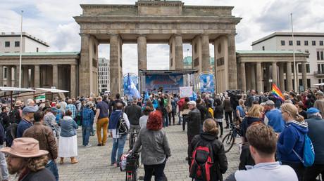 Kundgebung in Berlin gegen US-Airbase. Etwa 300 Menschen versammelten sich am Samstag den 30. Mai 2020 in Berlin vor dem Brandenburger Tor zu einer Kundgebung um gegen die US-Airbase Rammstein und kriegstreiberische Politik zu protestieren.