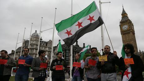 Flagge der Syrischen Republik (bis 1963) während einer Kundgebung in London (Symbolbild)