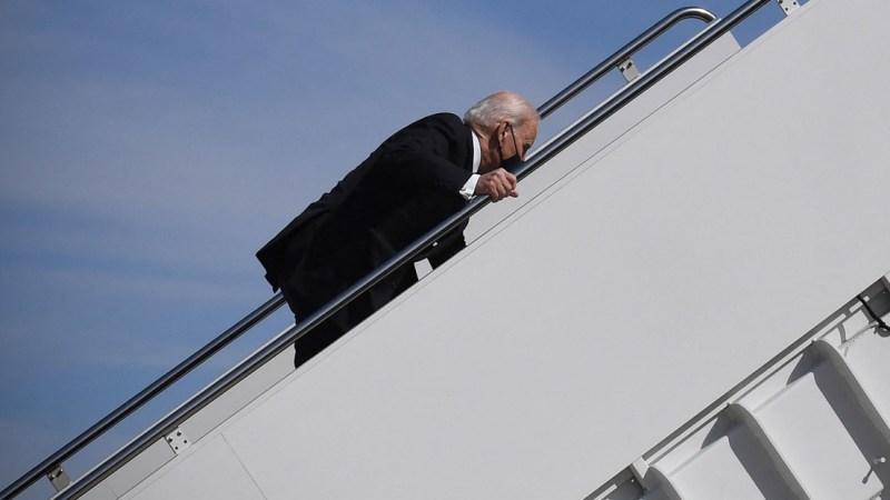 US-Prأ¤sident Joe Biden stolpert beim Einstieg in Air Force One أ¼ber Stufen