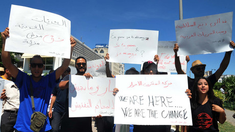 Tunisian protesters hold placards during a demonstration for the right to eat and smoke in public during the Muslim dawn-to-dusk fasting month of Ramadan, on June 11, 2017, in Tunis © Sofienne Hamdaoui