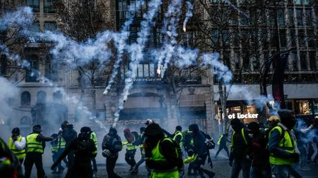 5c1e03d6dda4c80c728b45ac Eyedrops, helmets & 2.5kg vests: Journalists prepare for new wave of French protests
