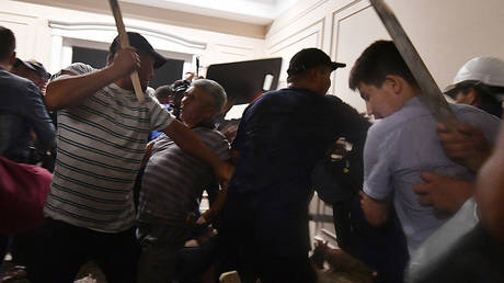 Supporters of former Kyrgyz president Almazbek Atambayev clash with members of the Kyrgyz special forces during a special operation to detain ex-leader Atambayev in the village of Koi-Tash outside the capital Bishkek on August 7, 2019. © AFP / Vyacheslav Oseledko