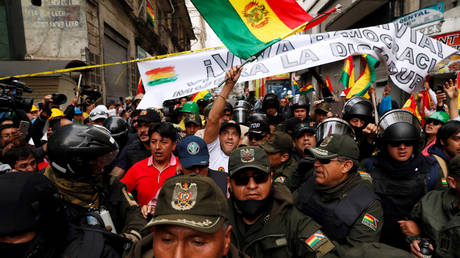 5dc8a1e385f5407aa531a3ef Armed protesters force their way into Venezuela's embassy in Bolivia, diplomats flee – report