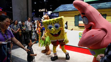 FILE PHOTO: A child waves at characters Spongebob and Patrick Star at Comic Con International in San Diego, California, July 17, 2019 © Reuters / Mike Blake