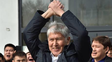 Former Kyrgyzstan President Almazbek Atambayev greets his supporters during a rally in Bishkek on October 9, 2020. © AFP/Vyacheslav Oseledko