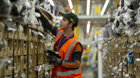 FILE PHOTO.  A worker at the Amazon fulfilment centre on Ffordd Amazon, Skewen on December 02, 2014 in Swansea, United Kingdom. © Getty Images / Matthew Horwood