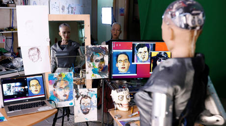 Sophia the robot smirks as she slowly steals artists' jobs © Reuters / Tyrone Siu