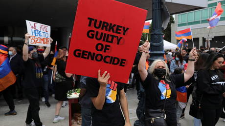 Members of the Armenian diaspora in the US rally on Armenian Remembrance Day in Los Angeles. © Reuters David Swanson