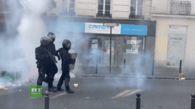 Clashes in Paris as protesters march over mandatory Covid jabs & incoming 'health pass' scheme in France (VIDEOS)