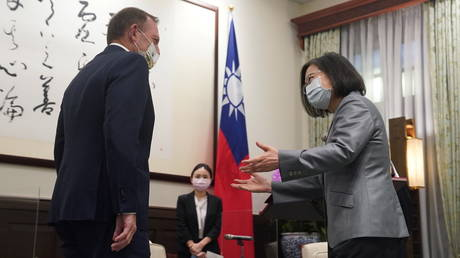 Taiwan's President Tsai Ing-wen speaks to the former Australian Prime Minister Tony Abbott during their meeting in Taipei. © Reuters / Central News Agency