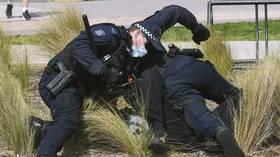 В Мельбурне, Австралия, полиция арестовала более 100 протестующих во время подавления демонстраций, требующих вакцинации