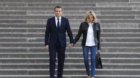 Emmanuel Macron arrive avec son épouse Brigitte sur les lieux de l'interview du 15 avril à Paris