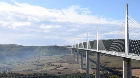 Image d'illustration : si l'état du viaduc de Millau, pont le plus haut du monde (342m), n'est pas préoccupant, 7% des ponts français gérés par l'Etat présenteraient à terme un risque d'effondrement
