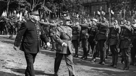 Le maréchal Joseph Joffre et le maréchal Philippe Pétain passent en revue les troupes lors de l'inauguration à Metz, dans l'est de la France, du monument au Poilu Libérateur, le 3 juin 1922.