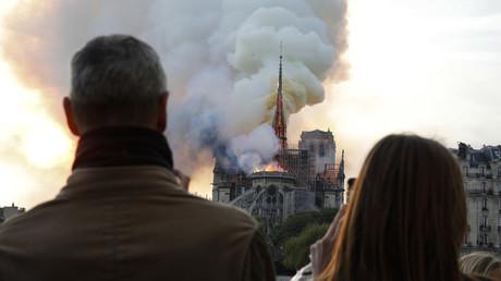 Incendie de Notre-Dame de Paris : des fidèles se recueillent en chantant (VIDEOS)