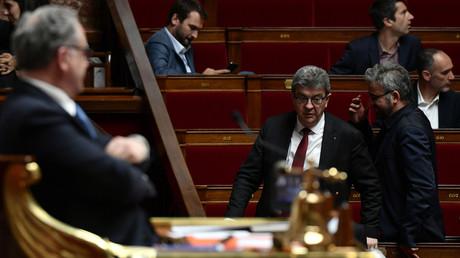 Jean-Luc Mélenchon et Alexis Corbière quittent l'hémicyle, après la réponse de Geneviève Darrieussecq sur les armes françaises au Yémen, lors des questions au gouvernement du 7 mai 2019 (image d'illustration).