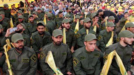 Des membres du Hezbollah écoutent la prise de parole de Hassan Nasrallah après que deux drones ont endommagé le centre des médias du mouvement chiite au Liban, le 25 août 2019.
